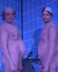 Zwei Herren im Badezimmer